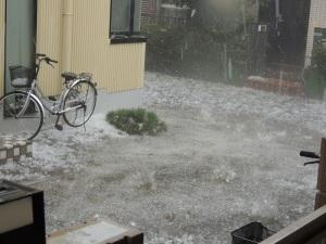 大きな雹が降る